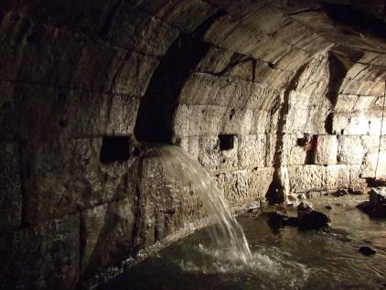 Un tratto della Cloaca Maxima, il più antico collettore fognario funzionante di Roma